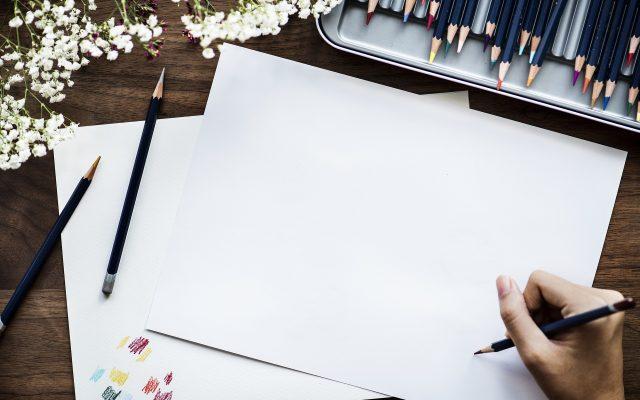 ruka s ceruzkou na čistom papieri