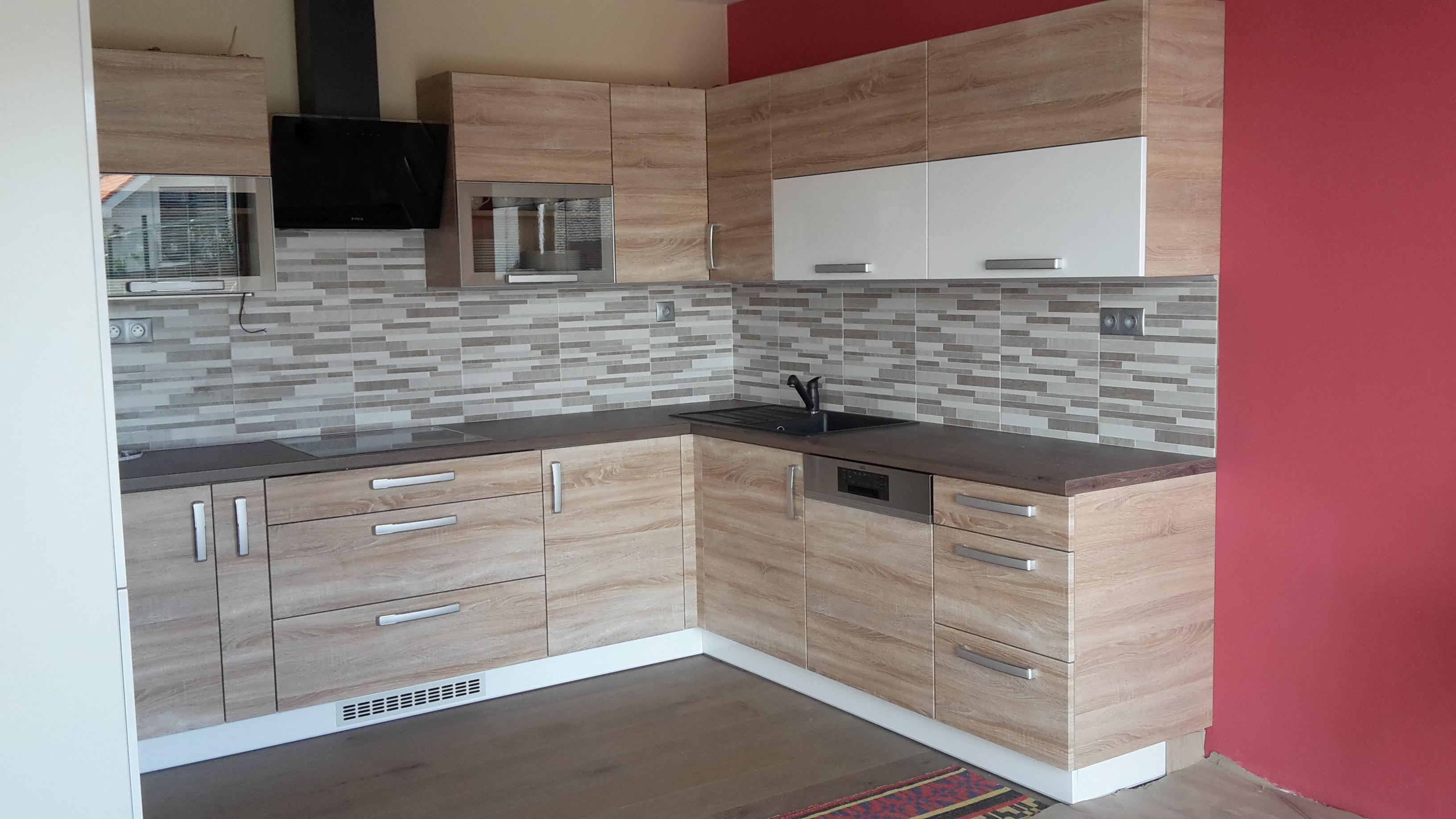 hnedá podlaha, bordová stena v kuchyni