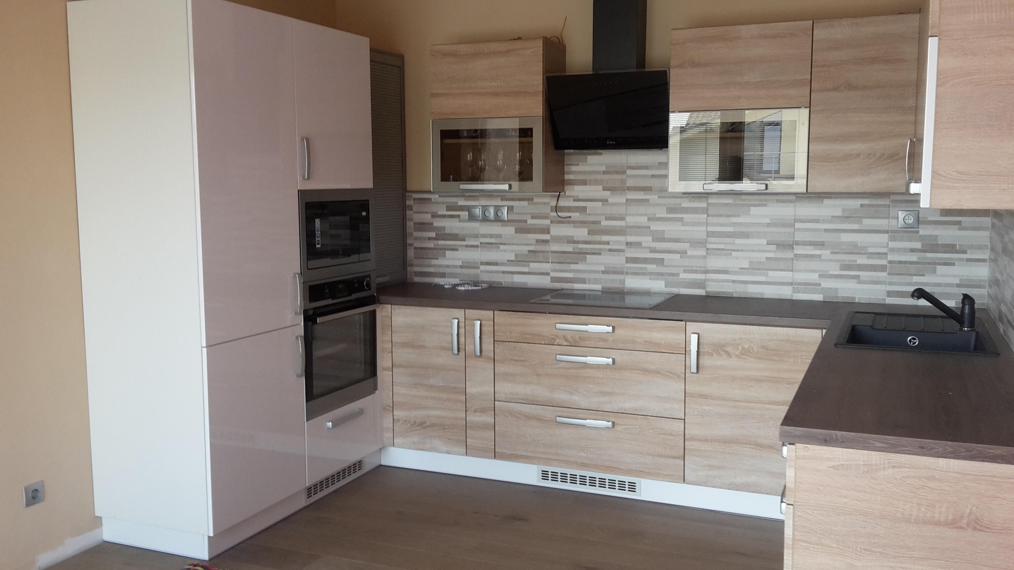 dvojfarebná kuchyňa, hnedá podlaha