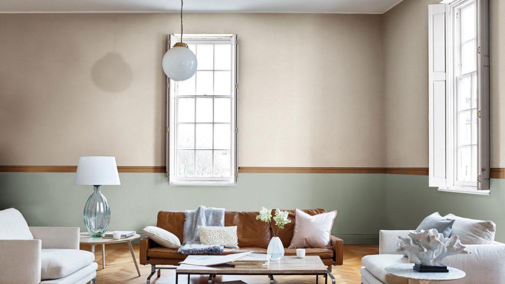 obyvacia izba, pastelova farba 2019, hnedá sedačka, biele vankúše