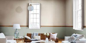 obyvacia izba, pastelova farba 2019, hnedá sedačka, biele vankúše, farba roka 2019