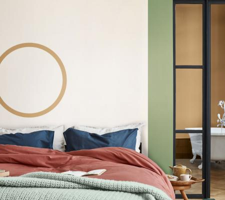 spálňa, červený paplón, modré vankúše, farba roku 2019